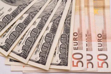 Перед вихідними долар подешевшав, а євро – подорожчало