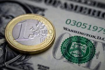 Закрытие межбанка: доллар отчаянно сражается за копейки, евро тает на глазах