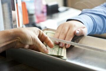 Четыре украинских банка возобновили выдачу наличной валюты: СПИСОК