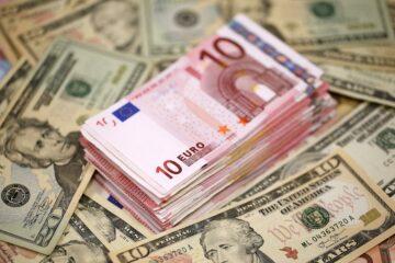 Закрытие межбанка: евро и доллар дешевеют на глазах