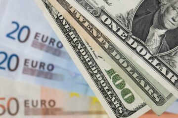 Открытие межбанка: евро подешевел на 7 копеек, доллар не отступает