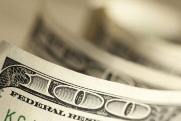 Доллар и евро синхронно падают на межбанке: свежий курс