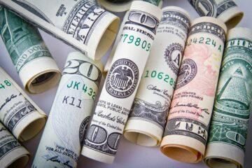 Доллар и евро «дружно» атаковали гривну под конец недели: свежий курс