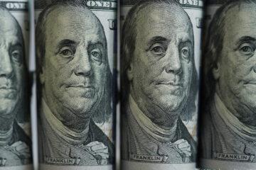 Доллар и евро подешевели на межбанке: свежий курс