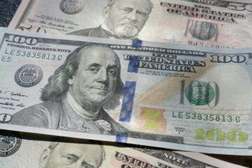 Евро рухнул на открытии межбанка, доллар устремился вверх: свежий курс
