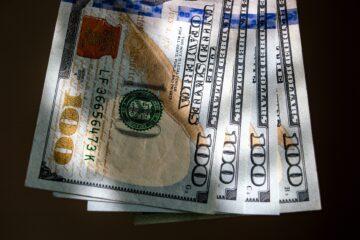 Закрытие межбанка: доллар и евро синхронно пошли на снижение