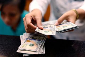 Доллар ускорил падение на межбанке: свежий курс