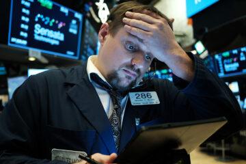 Уолл-стрит штормит: S&P 500 и Nasdaq спикировали вниз, Dow Jones взлетел до исторического максимума