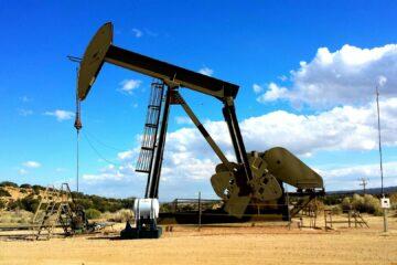 Нефть дорожает на снижении курса доллара: данные торгов